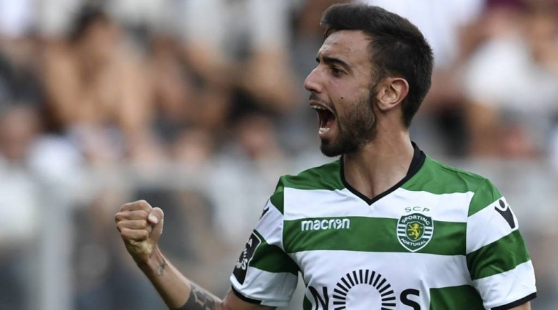Sporting's midfielder Bruno Fernandes celebrates after scoring during the Portuguese league football match SC Vitoria vs Sporting CP at the Afonso Henriques stadium in Guimaraes on August 19, 2017. / AFP PHOTO / FRANCISCO LEONG