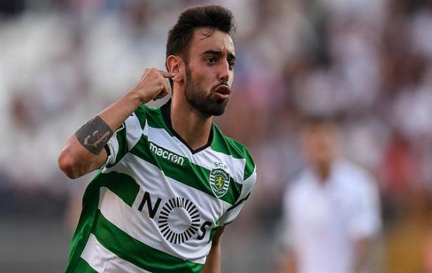Sporting's player Bruno Fernandes celebrates after a goal against Vitoria de Guimaraes during the Portuguese First League soccer match between Vitoria de Guimaraes and Sporting, held at D. Afonso Henriques stadium in Guimaraes, Portugal,19 August 2017. HUGO DELGADO/LUSA
